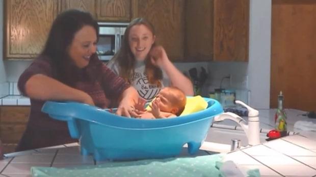 Här är mormorn som födde sitt eget barnbarn