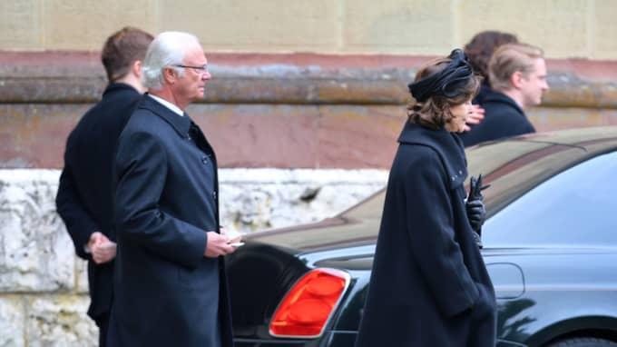 Kungen och drottningen lämnar efter begravningen. Foto: Karl-Josef Hildenbrand / Epa / Tt