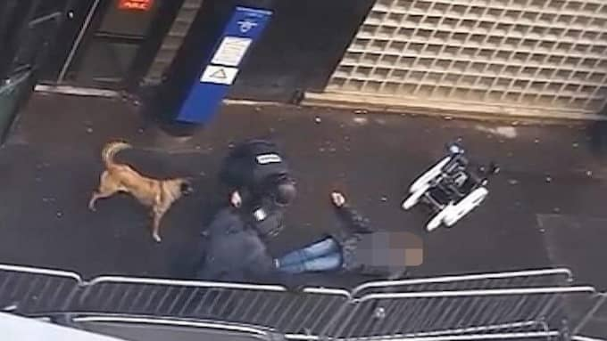 Här syns han liggandes utanför polisstationen i Paris. Foto: AP TT NYHETSBYRÅN