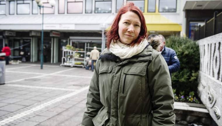 Fråga: Vad tror du behöver göras för att motverka gängkriminaliteten i Göteborg? Mimmi Bergman, 36, aktiveringspedagog, Kyrkbyn: – Det har jag tänkt mycket på. Det behövs mer förebyggande och hälsofrämjande verksamheter. Foto: Anna Svanberg