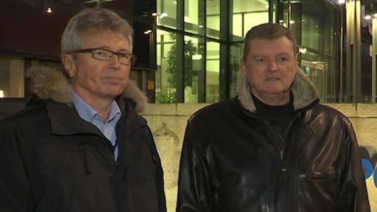 Jan-Henrik Barrling och Walter Kegö, tidigare Palme-utredare på Säpo, vid mordplatsen på Sveavägen i centrala Stockholm.