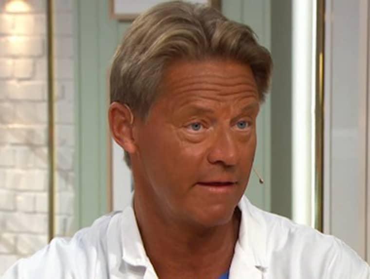 Överläkare Mikael Sandström visar upp nya solbrännan. Foto: TV4