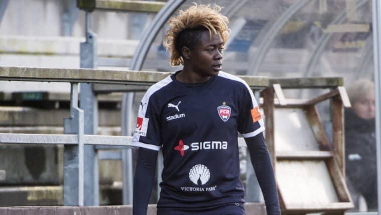 Prestigevärvningen från Eskilstuna United, Gaëlle Enganamouit, inleder cupmatchen på bänken. Foto: Christian Örnberg