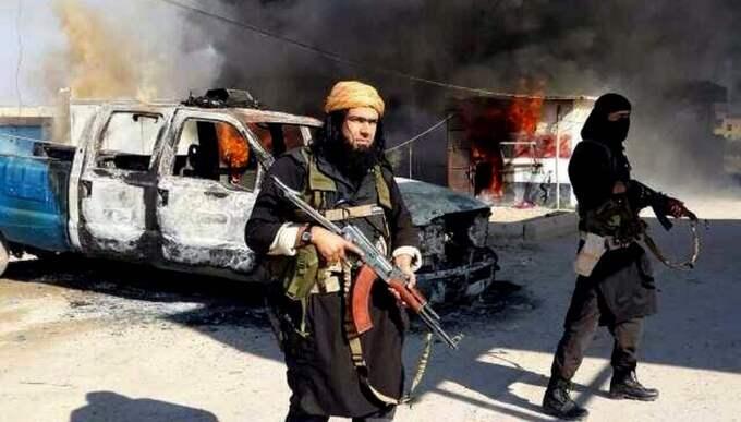 VAPENTRÄNING. Den unga norskan misstänks ha åkt till Syrien för att få vapenträning av IS. Västsvensk polis uppmanas nu att sprida informationen om det potentiella terrorhotet till poliser i tjänst. Bilden på IS-terroristerna är från ett annat tillfälle. Foto: AP