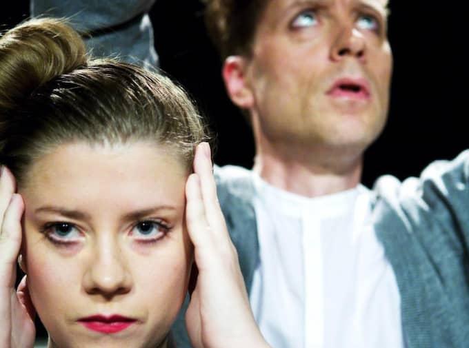 """Anna-Karin Hatt och Lena Adelsohn Liljeroth vill digitalisera den skattefinansierade kulturen. Här syns Sara Estling och Jarle Hammer i pjäsen """"Love Lane"""" på Teater Kurage. Foto: Lina Ikse"""