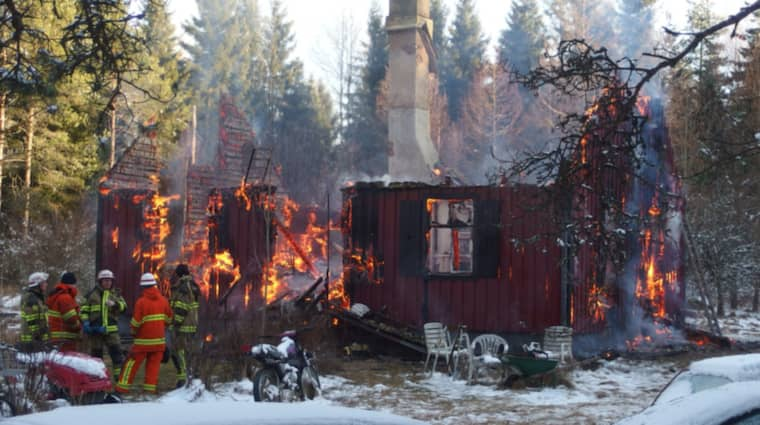 Kriminaltekniker hittade på fredagsförmiddagen kvarlevor av en människa i det hus utanför Eringsboda i Blekinge som brann ner på onsdagen. Foto: Bjorn Hansson/Linslusfoto.se