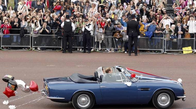 Här kör prins William sin Kate genom London. Foto: Darren Staples