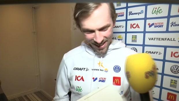 Här brister Johan Olsson ut i skratt efter Elisabet Höglunds attack