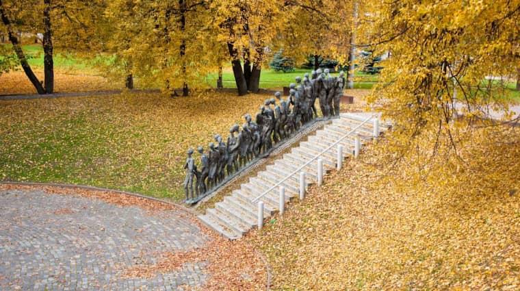 """UTOPIN DÖDAR. """"Gropen"""" kallas detta monument i Minsk som byggts till minne av de 5 000 fångar som sköts ihjäl av nazistiska styrkor 1942. Foto: Shutterstock"""