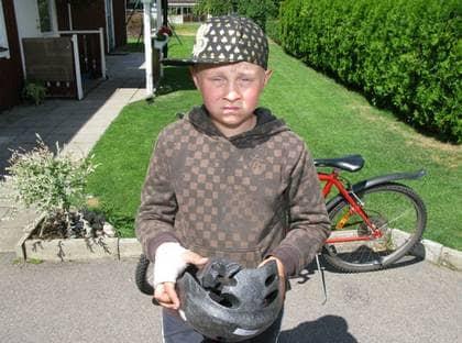 Filip Ahonen i Olofström är ledsen. Han vurpade med nya drömcykeln och spräckte cykelhjälmen när en skruv som håller växelföraren lossnade. Nu vägrar Biltema, som sålde cykeln, att låta Filip få en ny cykel på garantin. Foto: Larsson Kenneth