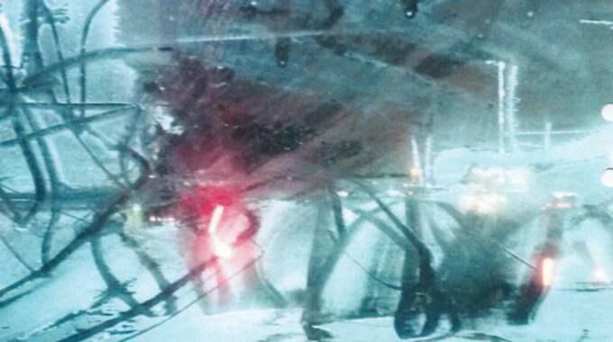 Polisen som mötte 18-åringen uppger att de inte kunde se honom genom rutan på grund av all is och frost. Foto: Polisen