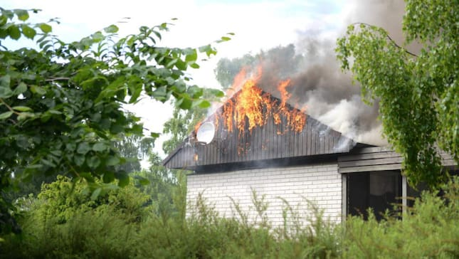 En villa i Blentarp i Skåne brinner