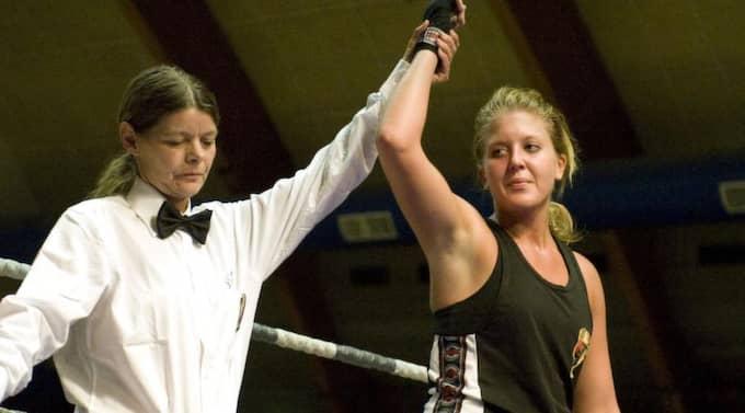 JAGAR BÄLTE. Hon har redan mästarbältet i WIBF:s lätt weltervikt. På fredag slåss Klara Svensson för att ta silverbältet i WBC i Galati, Rumänien. Foto: Arne Forsell