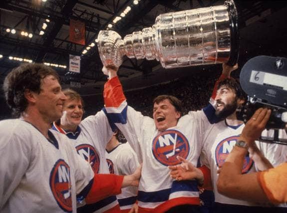 Anders Kallur lyfter Stanley Cup-bucklan med New York Rangers 1981. Två år tidigare fick han - som förste spelare - Expressens Guldpucken. Foto: All Over