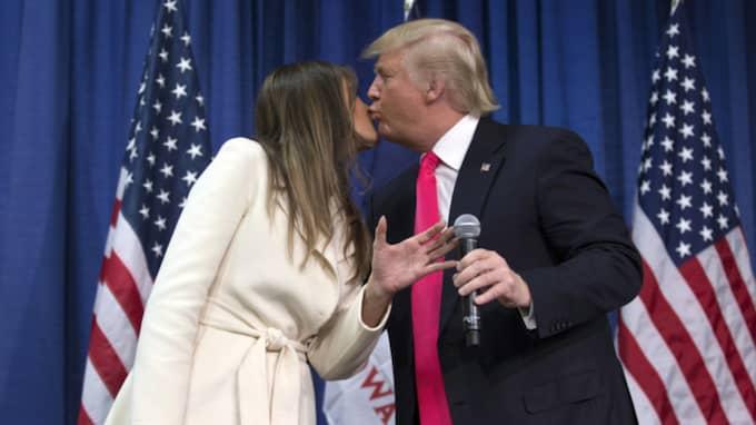 """""""Han kommer bli en underbar president"""", lovade Melania Trump, som gjorde sin man sällskap på scenen. Foto: AP"""