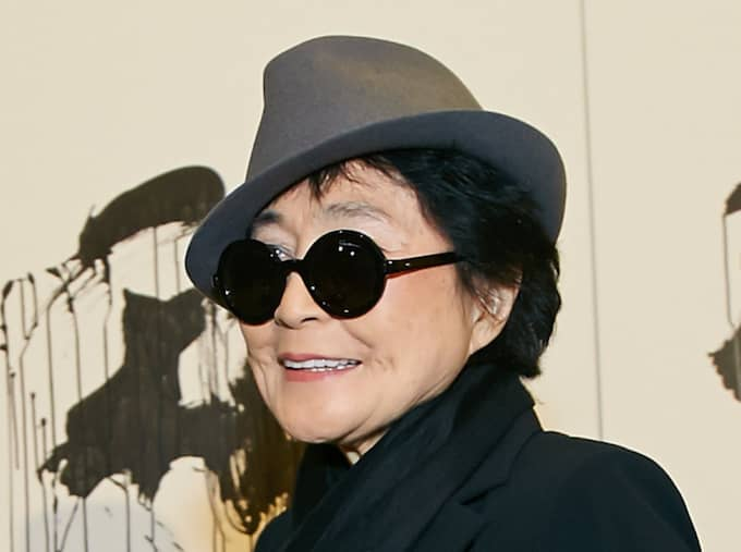 Konstnären och artisten Yoko Ono har akut förts till sjukhus i New York. Foto: Starpix / Picturedesk.Com