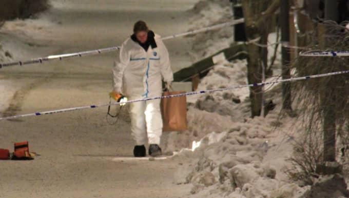 Polisens tekniker undersöker platsen där en man sköts till döds. Foto: Robin Nordström/Utryckning Uppsala