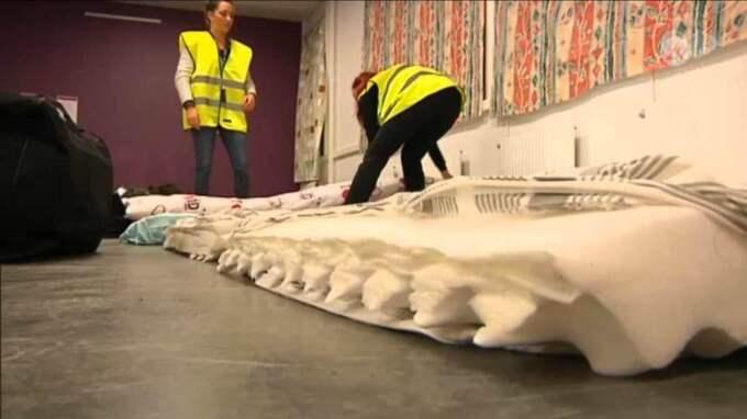 TV4 Nyheterna var på plats i Migrationsverkets lokaler när de förberedde bäddar åt de väntade flyktingarna. Foto: Skärmavbild TV4