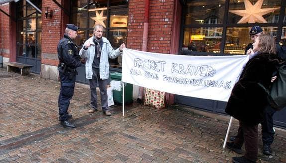 Motdemonstration mot fackets krav på kollektivavtal utanför saluhallen Briggen i Göteborg. Foto: Wissing Per
