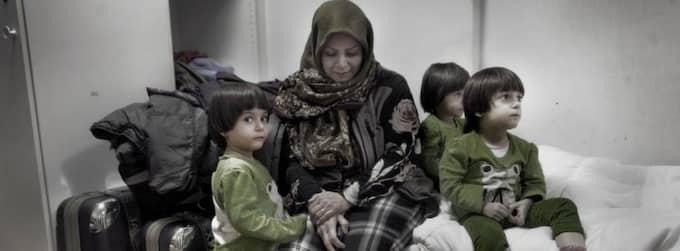 Flyktingar från Iran. Azam Hosseini, 33, med trillingdöttrarna Fatemeh, Zeinab och Maedeh i den mögelluktande enrummaren. Foto: JONTE WENTZEL Foto: Jonte Wentzel