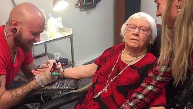 Sonja, 93, gick på fest – fick en tatuering