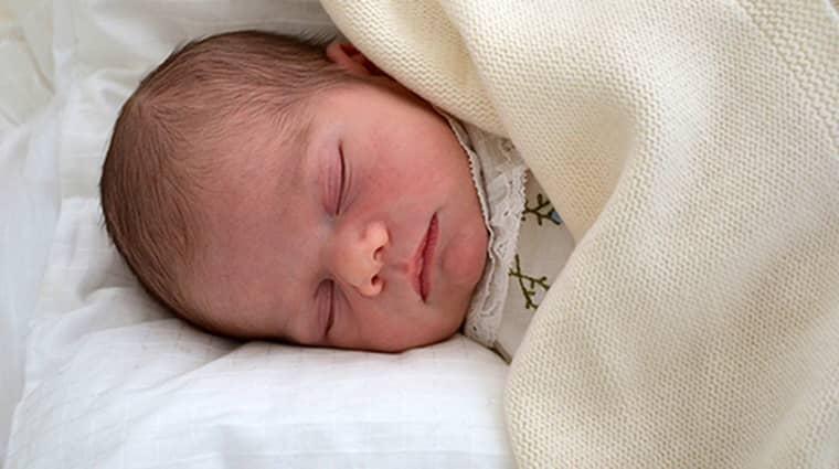 Första bilden på prins Oscar, 5 dagar gammal. Bilden är tagen på Haga slott. Foto: Kungahuset