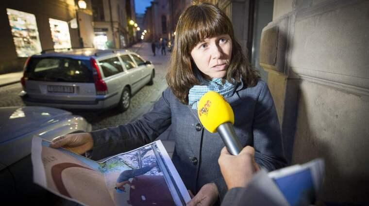 ÅSA ROMSON MÅLAR. På hemsidan jenskiil.se finns en bild som visar hur Åsa Romson målar båten. Foto: Roger Vikström