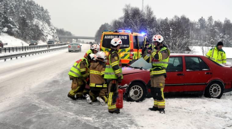 Ingen skadades i olyckan men bilen fick bärgas från platsen. Foto: Mikael Berglund