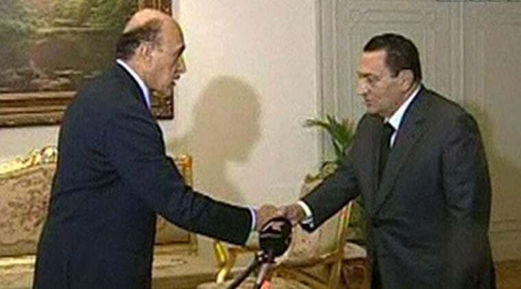 Omar Suleiman skakar hand med Egyptens president Hosni Mubarak. Foto: AP