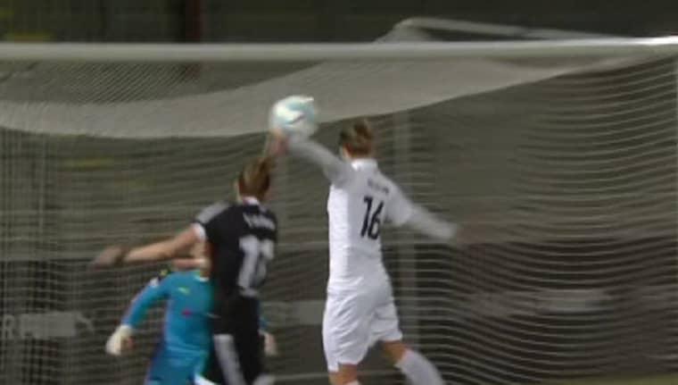 Lina Nilsson får bollen på handen. Foto: Eurosport