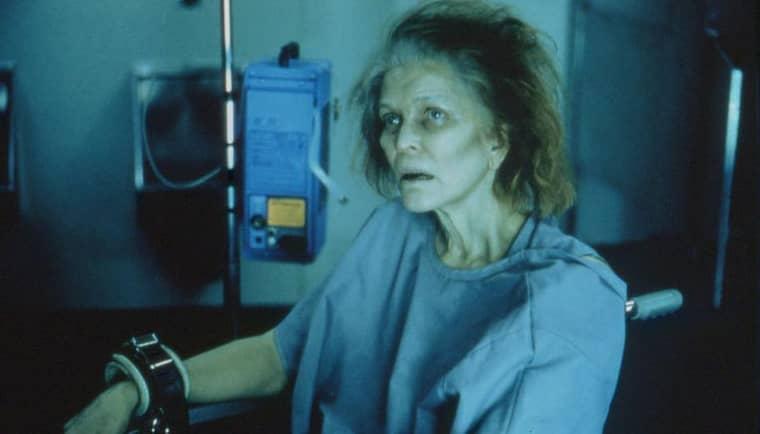 BILDEN AV MISSBRUKAREN. Den repressiva narkotikapolitiken är ointresserad av skälen till att folk använder droger. Ellen Burstyn i filmen Requiem for a dream (2000). Foto: Artisan Entertainment