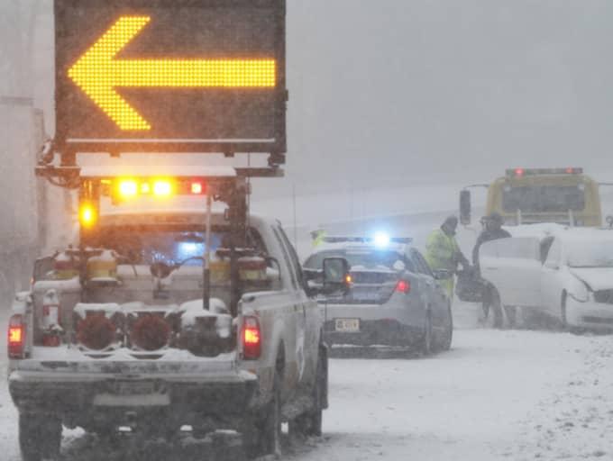 Vintervägarna är hårt drabbade. Flera personer har dött i trafikolyckor till följd av stormen. Foto: Steve Helber