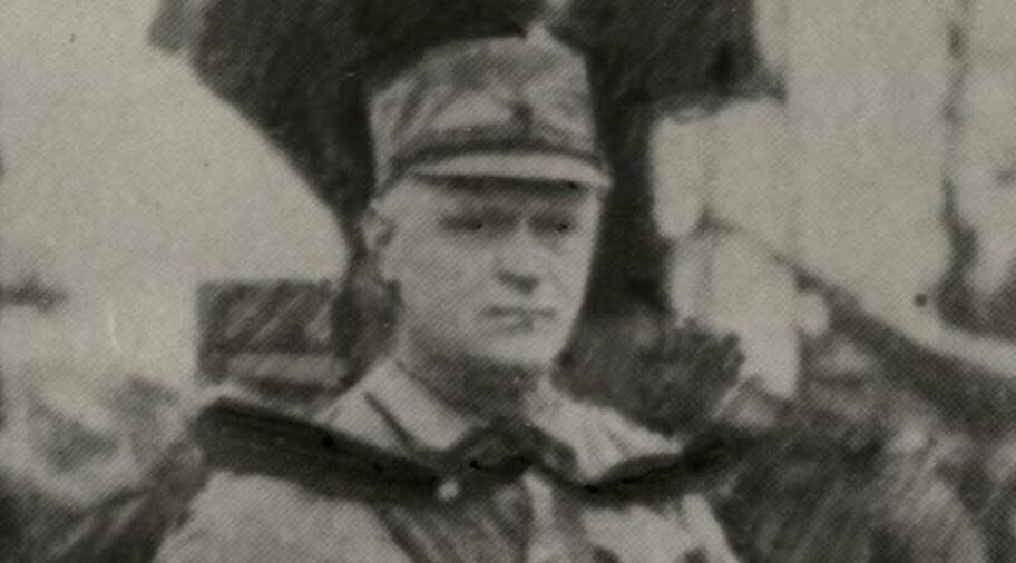 MARSCH MED HITLER. Birger Furugård fick vid ett senare besök i Tyskland marschera intill Hitler vid en truppinspektion. Foto: SCANPIX