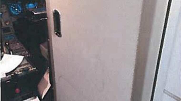 43-åringen lyckades aldrig slå in dörren till cockpit. Flygkaptenen uppger i förhör att om dörren inte hållit hade en katastrof varit nära förestående. Foto: Polisen