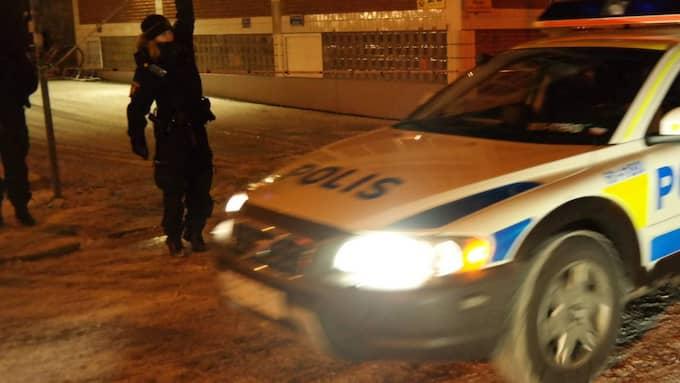 Den skadade mannen fördes till sjukhus med ambulans, men där kunde man konstatera att mannen avlidit på grund av skottskador. Foto: Mikael Nilsson