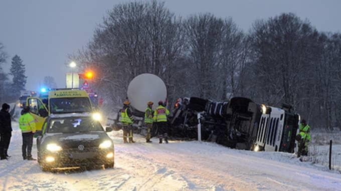 På väg 19 i Tomelilla kanande en lastbil över i fel körriktning. Vägen stängdes under det efterföljande räddningsarbetet. Foto: ANDERS GRONLUND