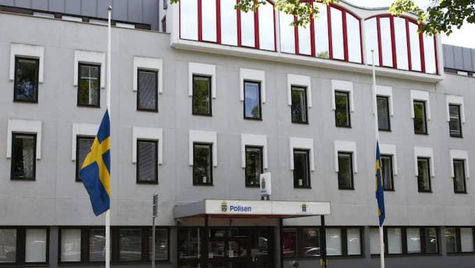På polishuset vajar flaggan på halv stång i dag. Foto: Henrik Jansson