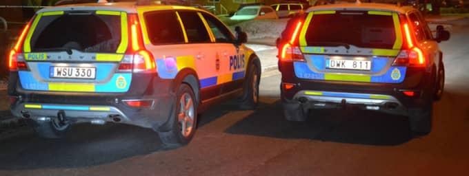 En teknisk undersökning pågår på platsen där den svårt misshandlade mannen hittades sent på fredagskvällen. Foto: Mikael Nilsson