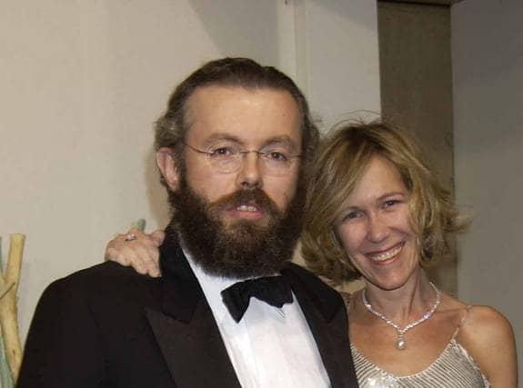 Möttes på rehab. Hans Kristian Rausing och hans hustru Eva, båda 44, har båda haft drogproblem. De träffades på ett rehabiliteringshem i USA och har nu fått fyra barn. Paret har hur mycket pengar som helst att röra sig med och nu har det visat sig att en del av pengarna har gått till knark. Eva greps när hon besökte amerikanska ambassaden i London. Hon hade narkotika i handväskan och hemma i parets villa hittades crack, heroin och kokain för 30 000 kronor. Foto: ALL OVER PRESS