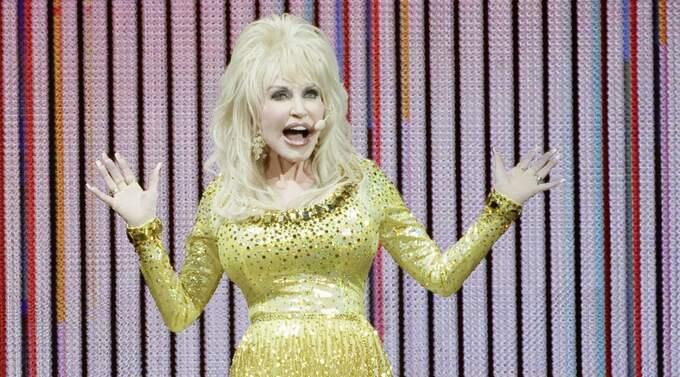 Dolly Parton under konserten på Globen på lördagen. En spelning som får tre getingar av Expressens musikrecensent Anders Dahlbom. Foto: Viktor Wallström/Rockfoto