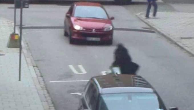 43-åringen i den röda bilen körde rätt mot exets nya kille. Foto: Polisen