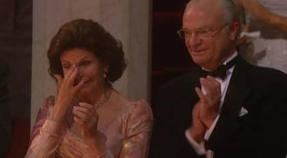 Silvia blev rörd till tårar när Victoria och Daniel hyllades på scenen.