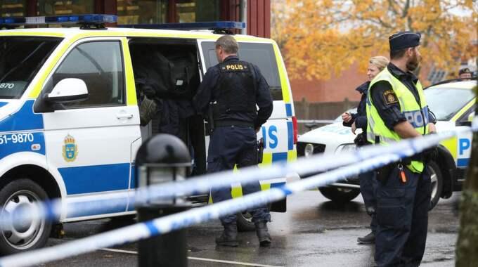 Knuffas ut På jakten efter eleverna ryckte den maskerade och svärdbeväpnade Anton Lundin Pettersson i flera dörrar, enligt personer på plats. Han lyckades öppna dörren till ett klassrum men knuffades ut igen av en lärare, uppger en person som har anhöriga på skolan. Foto: Bjorn Larsson Rosvall