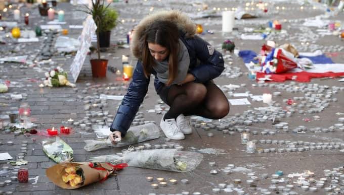 En ung kvinna sörjer efter dådet mot Bataclan. På torsdag är det också ett år sedan satirtidningen Charlie Hebdo och en kosherbutik attackerades i Paris. Foto: Guillaume Horcajuelo / Epa / Tt