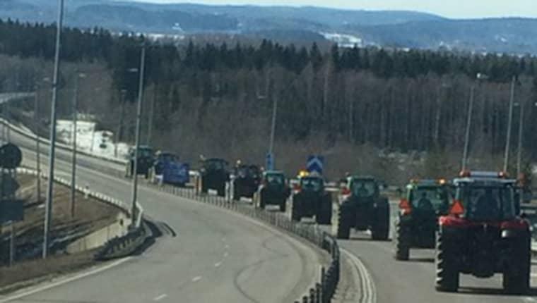 En kilometerlång traktorkortege rullar just nu på E4:an. Foto: Läsarbild