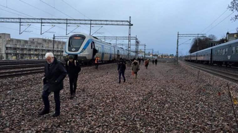 Flera fick hoppa av sina tåg efter signalfelet. Foto: Läsarbild
