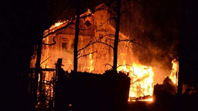 En villa totalförstördes i Emmaboda i natt. Fyra personer fördes till sjukhus. Foto: Göran Johansson