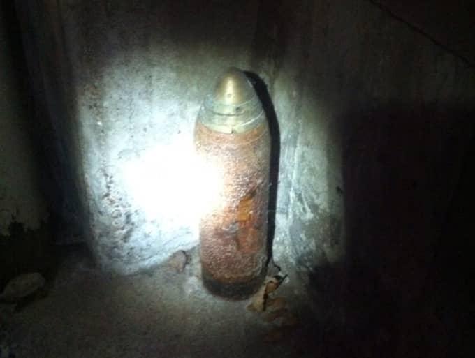 Här är det misstänkta föremålet som polisen nu bevakar. Det ska inte vara någon fara för allmänheten. Foto: POLISEN