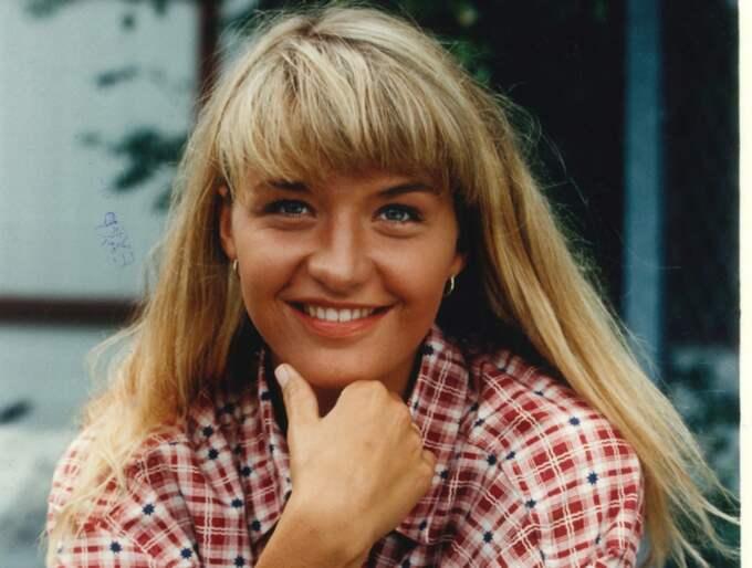 """1993. """"Jag fick både Hylandpriset och Aftonbladets tv-pris för den mest populära kvinnliga programledaren för """"Uppdraget"""". Då hade jag bara jobbat ett år som programledare så det var helt ofattbart. Det var också ett väldigt härligt program som jag tror många berördes av. Jag var ute och hjälpte människor och hjälpte dem på olika sätt. Vi gjorde många saker som betydde mycket för människor att se så det är klart att det gick hem i stugorna."""" Foto: Bertil Ericson"""