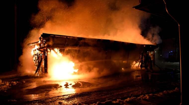 Branden rasar i en byggnad i Ulricehamn. Foto: David Skarland